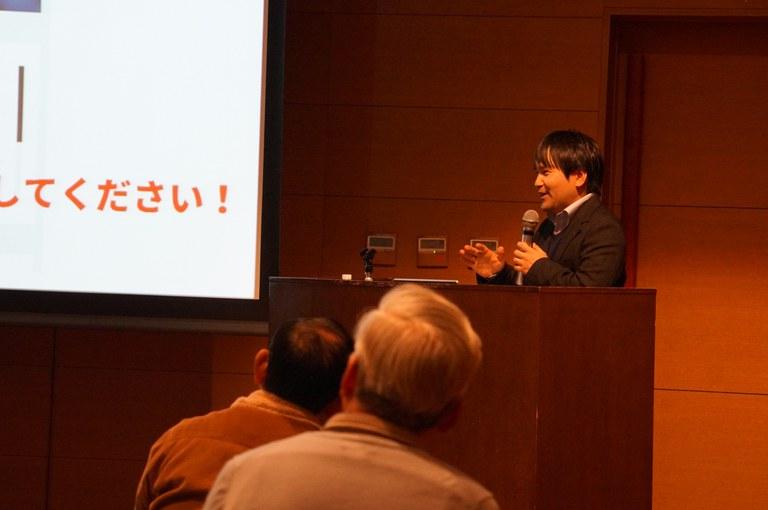 (写真)環境問題における紙デバイスの重要性について熱弁をふるう古賀先生